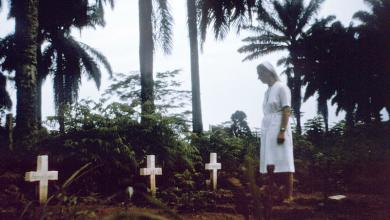 Nurse-nun_visits_graves_of_victims_of_1976_Zaire_Ebola_outbreak